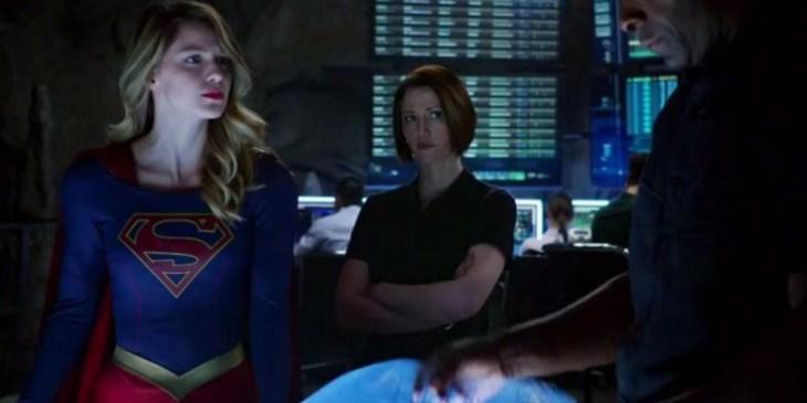 """Supergirl mit Schwester und """"Chef"""" in der Alien-Behörde"""