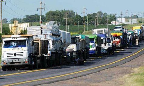 MARCHA ATRAS. Argentina autorizó el ingreso al país de seis camiones brasileños.