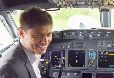 Tablero. Axel Kicillof ríe en un avión de Aerolíneas Argentinas, el jueves pasado. Foto: Prensa Ministerio de Economía