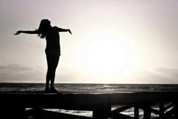 女性 夕日 光 希望