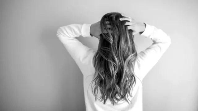 女性 頭を触る 抜け毛