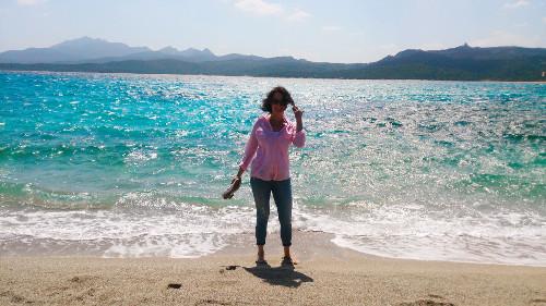 stehend am Strand