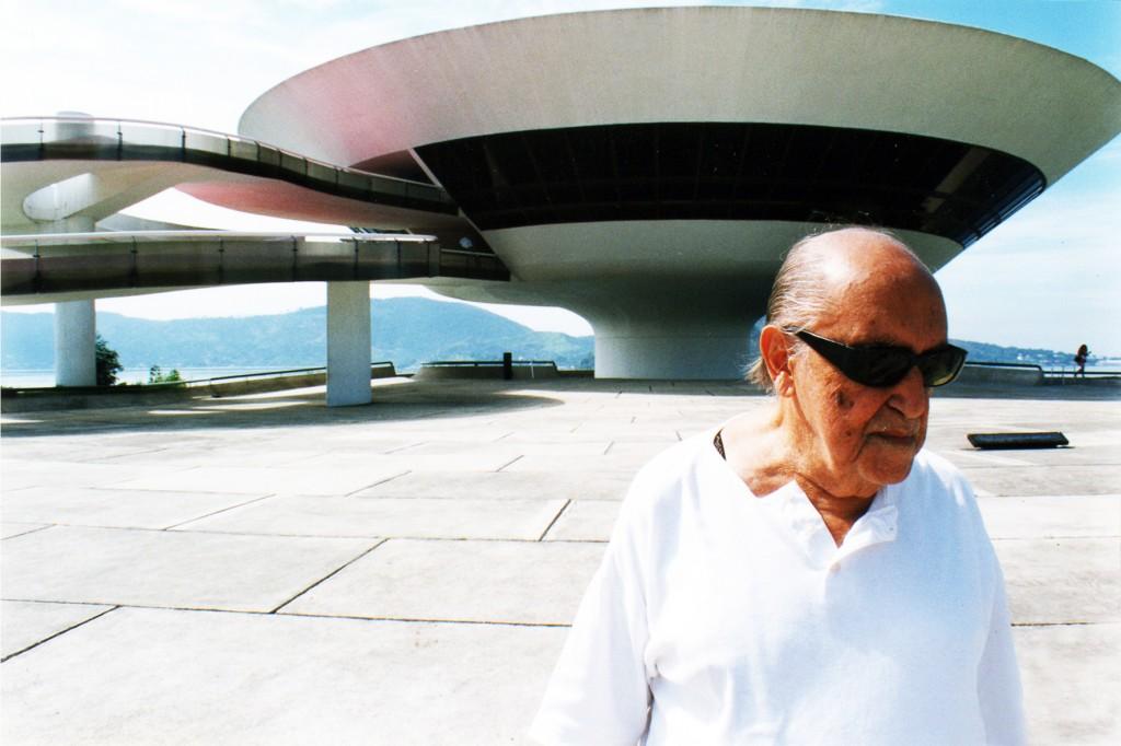 """Copyright: Salzgeber & Co. Medien GmbH Das Foto ist entnommen aus dem Dokumentarfilm """"Oskar Niemeyer - das Leben ist ein Hauch"""" (2007, auf DVD erhältlich). Der brasilianische Architekt Oscar Niemeyer gilt als einer der innovativsten Architekten des 20. Jahrhunderts, er starb 2012 im Alter von 105 Jahren."""