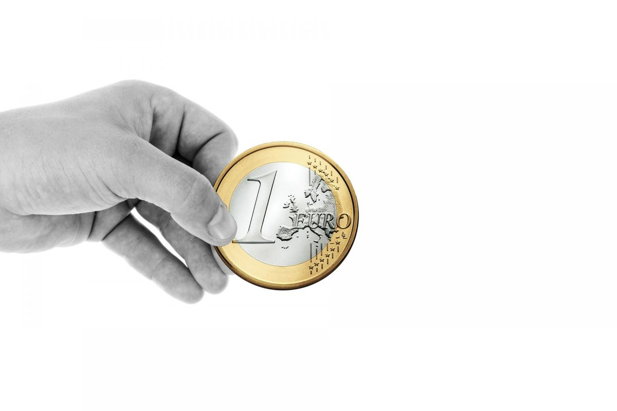 Hand hält Euro-Münze