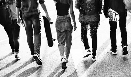 Un grup de joves caminant