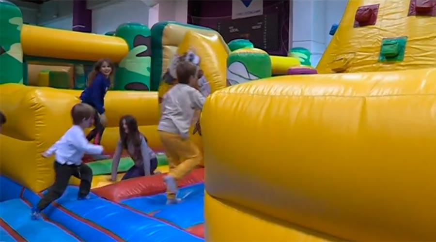 Nens jugant en inflables