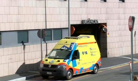 Una ambulància a la porta d'urgències de l'hospital