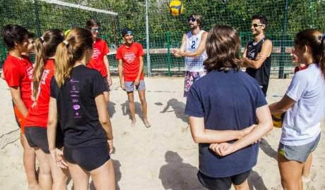 Joves preparant-se per jugar a voleibol