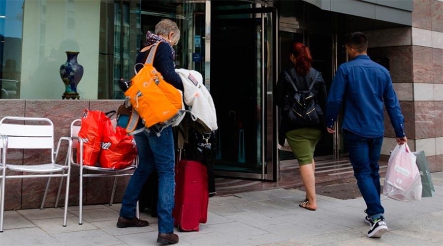 Turistes arribant a un hotel