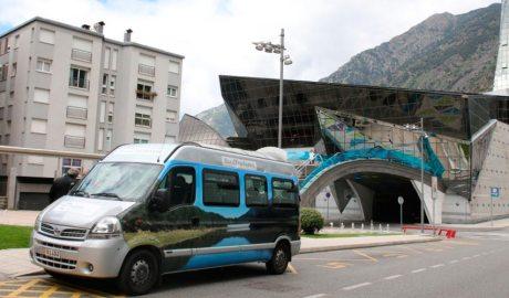 Un autobús al Parc de la Mola