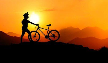 un ciclista a la muntanya