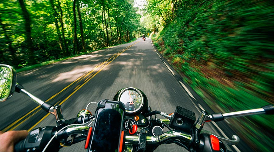 Una motocicleta circulant per una carretera de muntanya