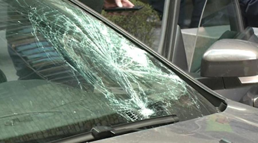 vehicle amb el parabrisa trencat per una topada amb un vianant