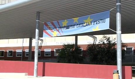 Una pancarta indica la celebració de la Universitat Catalana d'Estiu