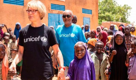 Una parella que ha fet un testament solidari visita un dels projectes d'Unicef
