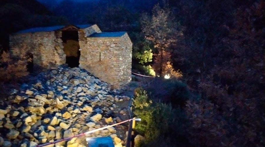 L'església de Sant Vicenç d'Enclar amb el campanar esfondrat