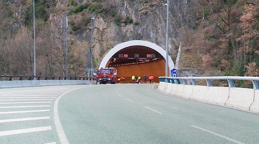 Un camió de bombers en un accident al túnel de la Tàpia