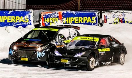 Uns cotxes competint al circuit gelat del Port d'Envalira