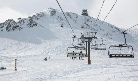 Un telecadira en funcionament a l'hivern amb esquiadors