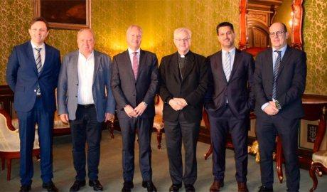 Representants de Càritas d'Urgell i de Caixabank, amb l'arquebisbe d'Urgell, Joan Enric Vives, al centre