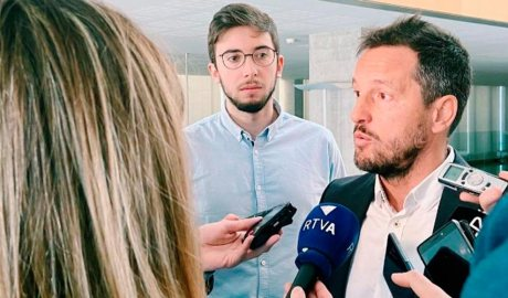 López atén els mitjans de comunicació acompanyat de Padreny