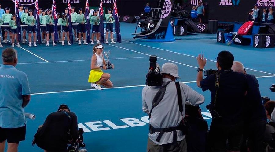Vicky Jimenez amb el trofeu de l'open d'austràlia