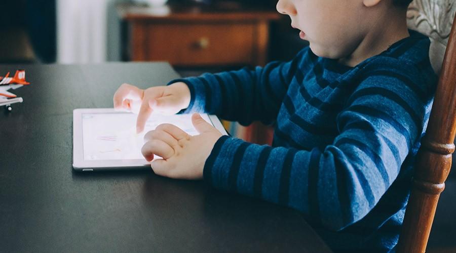 nen estudiant amb una tablet