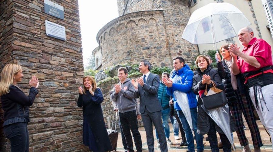 L'alcaldessa de Valls i la cònsol major d'Andorra la Vella descobreixen la placa que qualifica de Plaça castellera de 9 la plaça Princep Benlloch