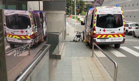 Una ambulància de la Creu Roja davant el centre residencial La Salita