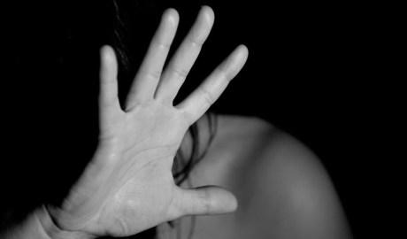 Una dona nua es protegeix amb la mà