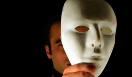 un home amb una màscara
