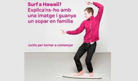 jove fent surf sobre una taula de planxar