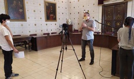 Alumnes del PTT fent una entrevista a l'alcalde de la Seu d'Urgell, Jordi Fàbrega