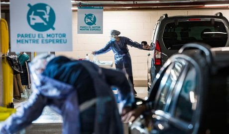Dos voluntaris atenen els ocupants de dos vehicles en els stop labs d'Andorra la Vella