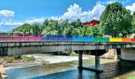 Barana del pont de la Palanca pintat amb els colors LGTBI