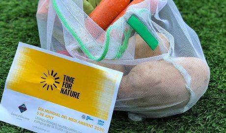 Una bossa reutilitzable amb verdures amb el passamans informatiu de la campanya realitzada el 5 de juny del 2020 pel Comú d'Encamp