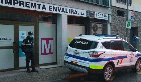 cotxe policial davant de l'edifici on es va incautar la droga
