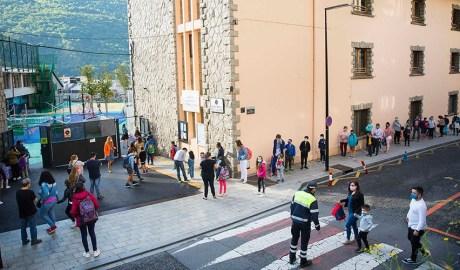 Escola de Ciutat de Valls amb gent esperant a l'entrada