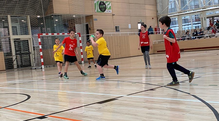 Infants jugant a handbol