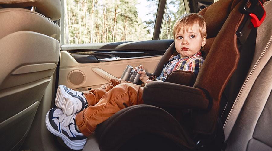 Un nen en una cadireta de cotxe