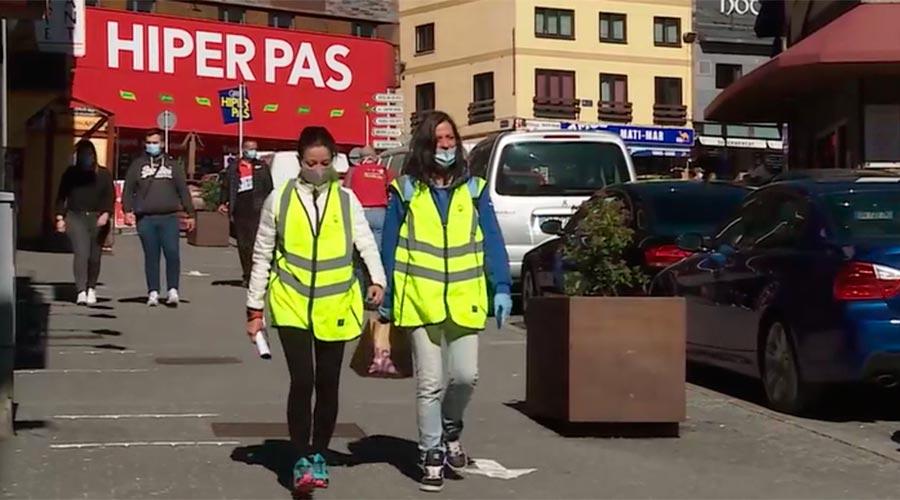 Informadores amb armilla i mascareta pel Pas de la Casa