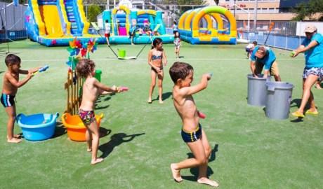 Nens jugant a l'aquaparc