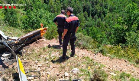 Dos agents dels Mossos d'Esquadra al lloc on s'ha accidentat un helicòpter