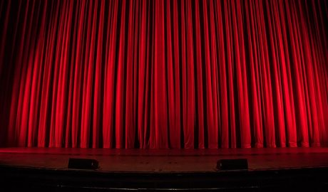 L'escenari d'un teatre amb el teló abaixat
