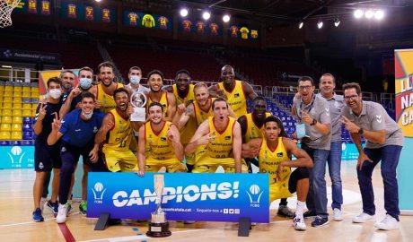 El BC Andorra posa amb la copa de campió de la lliga catalana ACB