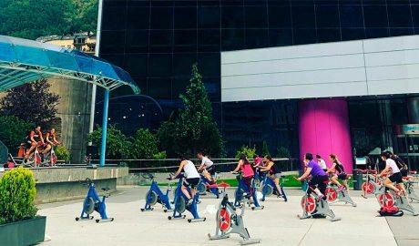 Una classe de cycling a l'aire lliure a la plaça dels Arínsols d'Encamp