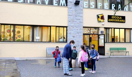 Uns alumnes a l'entrada de l'escola andorrana de Sant Julià de Lòria el primer dia del curs 2020-2021