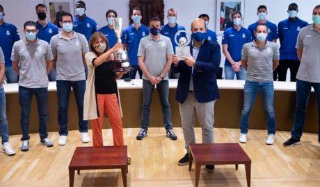Marsol i Aixàs mostren uns trofeus davant el primer equip del BC Andorra
