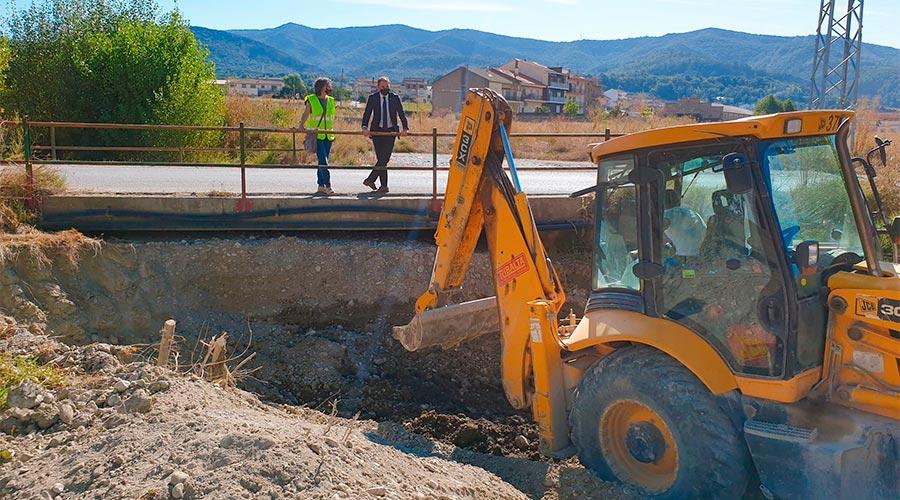 Una màquina excavadora treballa al Torrent de Reixà, a Oliana