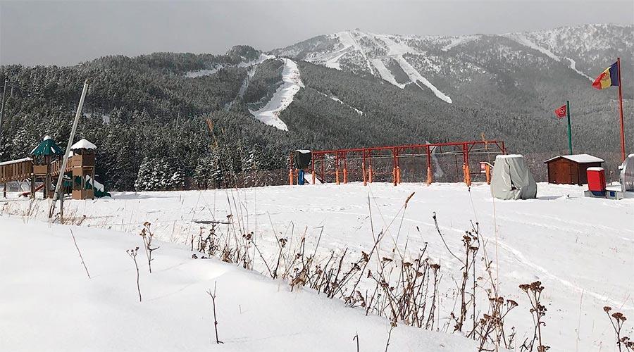 Vista de Vallnord amb la primera nevada de la tardor 2020